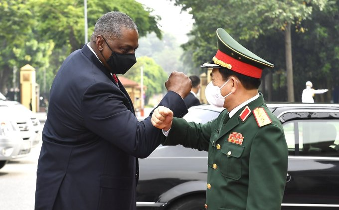 Bộ trưởng Quốc phòng Việt Nam, Đại tướng Phan Văn Giang (phải) và Bộ trưởng Quốc phòng Mỹ, ông Lloyd Austin chào hỏi nhau trong điều kiện Covi-19. Ảnh: Giang Huy