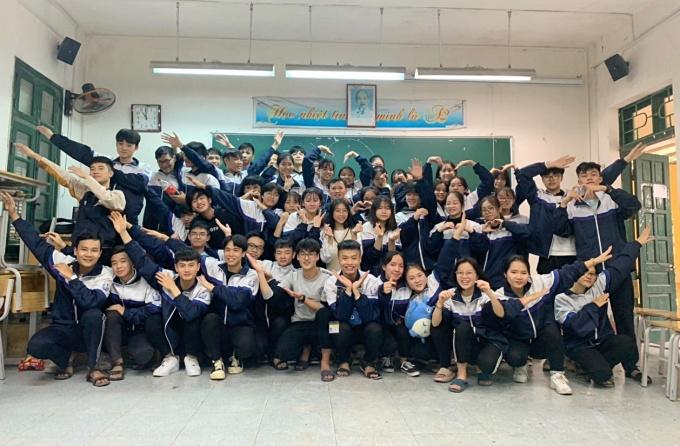 Học sinh lớp 12A2 cùng thầy Nguyễn Văn Đức, trường THPT Đồng Quan, huyện Phú Xuyên, Hà Nội. Ảnh: Nhân vật cung cấp
