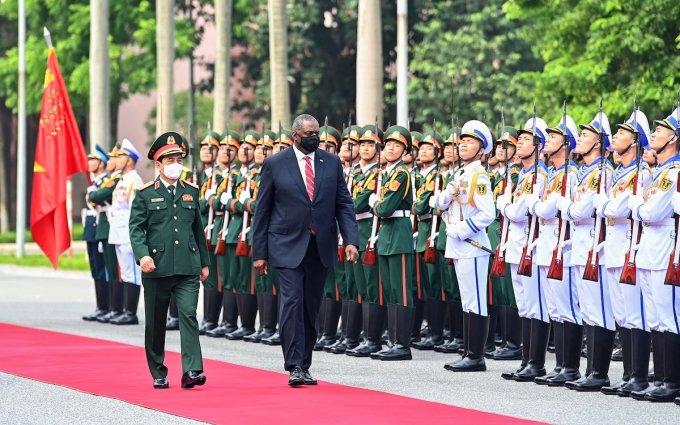Bộ trưởng Quốc phòng Việt Nam, Đại tướng Phan Văn Giang và Bộ trưởng Quốc phòng Mỹ, ông Lloyd Austin duyệt đội danh dự. Ảnh: Giang Huy