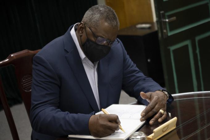 Bộ trưởng Austin viết lưu bút sau chuyến thăm nhà tù Hỏa Lò hôm 28/7. Ảnh: Dvidshub.