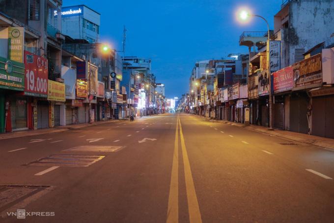 Đường Phan Đình Phùng, quận Phú Nhuận vắng vẻ lúc 18h30 ngày 26/7. Ảnh: Thành Nguyễn
