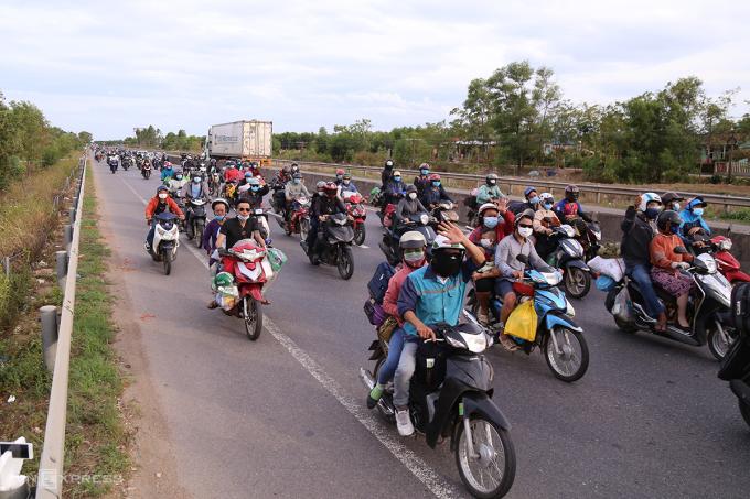 Dòng người đi xe máy về quê vẫn còn rất đông, đoạn qua xã Hải Trường (Hải Lăng, Quảng Trị), lúc 17h ngày 2/8. Ảnh: Hoàng Táo