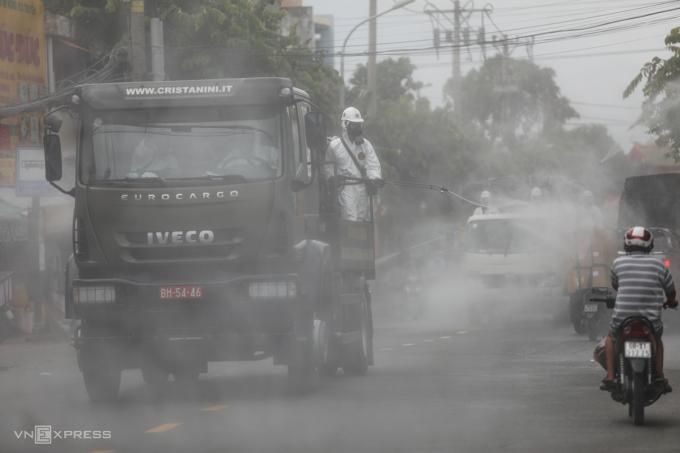 Hàng chục xe đặc chủng của Quân khu 7 được huy động để phun 6 tấn hóa chất khử trùng toàn TP HCM, từ sáng 23/7. Ảnh: Đình Văn - Thành Nguyễn.