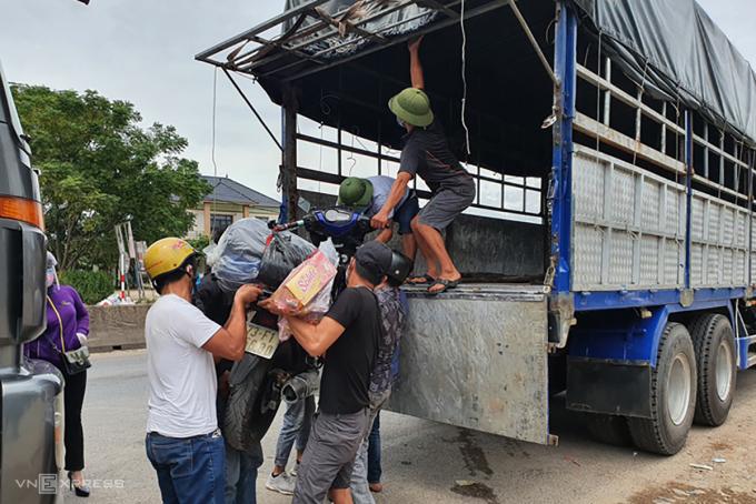Tỉnh Quảng Bình bố trí xe tải để trung chuyển xe máy của người dân về quê tránh dịch. Ảnh: XV