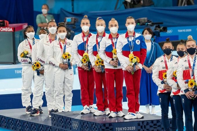 Vận động viên Nga (đứng trên bục cao nhất) giành huy chương vàng ở môn thể dục đồng đội nữ hồi tuần trước. Ảnh: NYTimes.