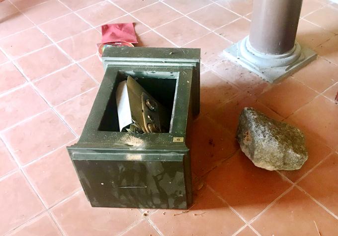 Một két sắt bị ba đạo chích dùng đá khối phá hỏng để lấy tiền. Ảnh: Đức Hùng