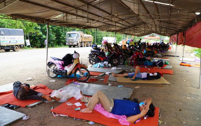 Người dân về miền Trung tránh dịch ngã lưng trong chòi tạm ở Gia Lai. Ảnh: Trần Hóa.