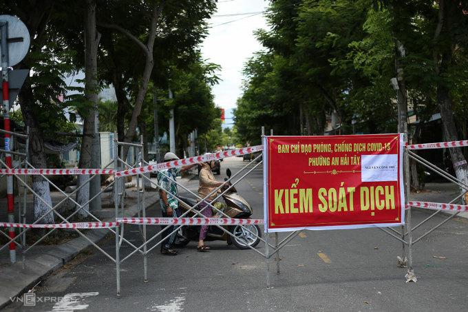 Nhiều khu dân cư được chặn cứng không để người dân ra ngoài khi chưa được kiểm soát. Ảnh: Nguyễn Đông.
