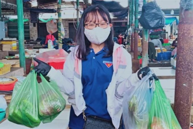 Lê Thị Thanh Thiện đi chợ Phú Thủy mua giúp đồ nấu ăn cho người dân địa phương, sáng 3/8. Ảnh: Tư Huynh.