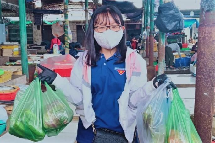 'Shipper xanh' giúp người dân đi chợ