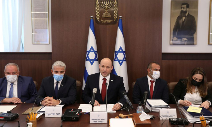 Thủ tướng Israel Naftali Bennett (giữa) tại một cuộc họp nội các ở Jerusalem hôm 1/8. Ảnh: Reuters.