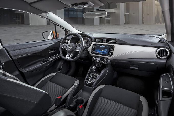 Khoang lái Nissan Almera CVT cao cấp.