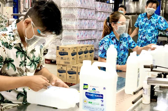 Công nhân nhà máy Earth Corporation Việt Nam trong giờ làm việc. Ảnh: An Phương.