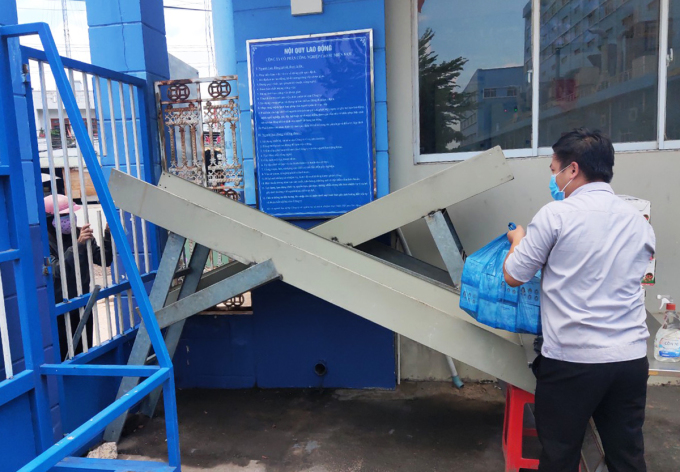 Giao đồ qua máng trượt tại Xí nghiệp lốp Radial (Bình Dương) thuộc Công ty cổ phần công nghiệp cao su miền Nam. Ảnh: An Phương.