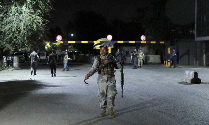 Nhân viên an ninh đến hiện trường vụ nổ lớn ở thủ đô Kabul của Afghanistan hôm 3/8. Ảnh: Reuters.