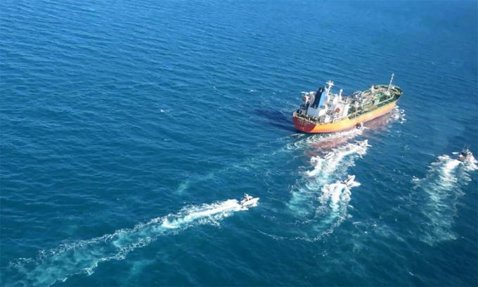 Tàu tuần tra Iran áp sát tàu dầu Hankuk Chemi, ngày 4/1. Ảnh: IRGC.