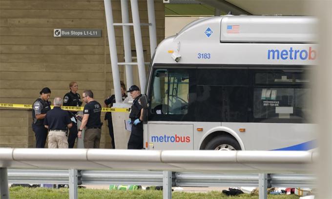 Cảnh sát phong tỏa khu vực xảy ra sự cố tại Lầu Năm Góc ngày 3/8. Ảnh: AP.