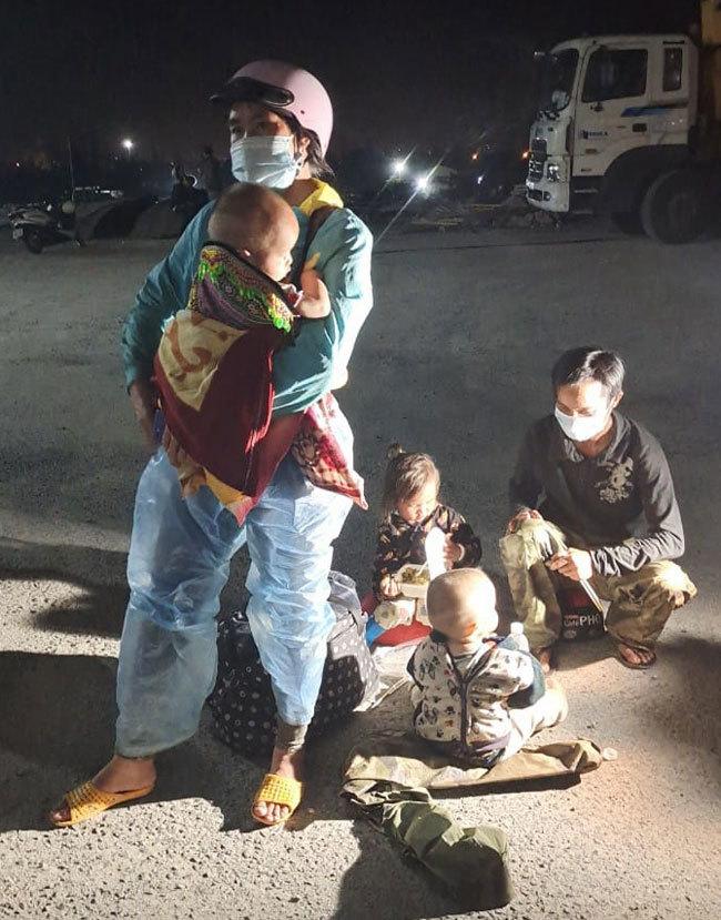 Cả nhà 5 người dừng chân tại chốt kiểm soát dưới chân đèo Hải Vân thuộc địa phận Đà Nẵng. Ảnh: Công an Đà Nẵng
