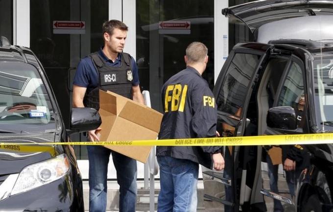 Các đặc vụ FBI trước văn phòng ở Miami, Florida, Mỹ, hồi tháng 12/2015. Ảnh: Reuters.