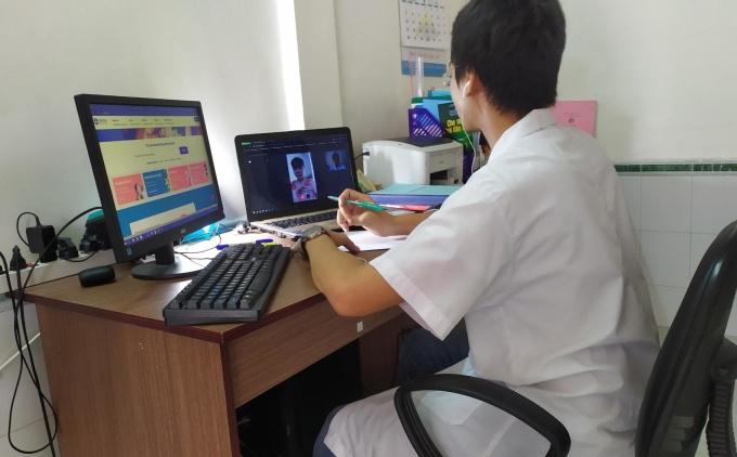 BS Nguyễn Việt Hà tư vấn cho bệnh nhân bằng hình thức video call. Ảnh eDoctor