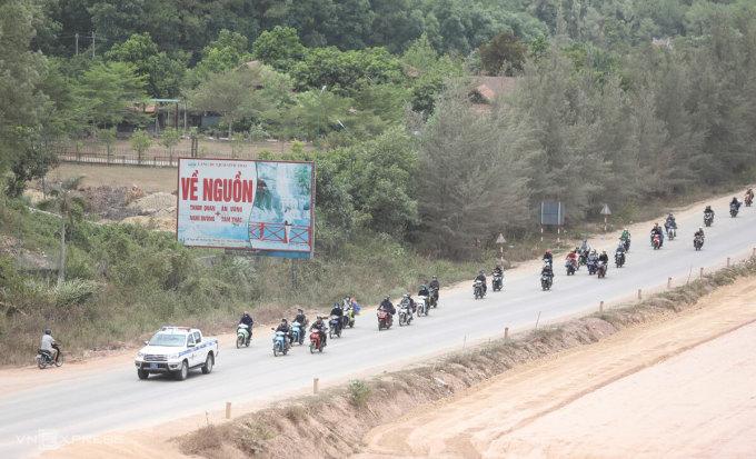 Đoàn người từ phía Nam được CSGT Thừa Thiên Huế dẫn đường từ chân đèo Hải Vân ra Quảng Trị để tiếp tục về quê, chiều 3/8. Ảnh: Võ Thạnh