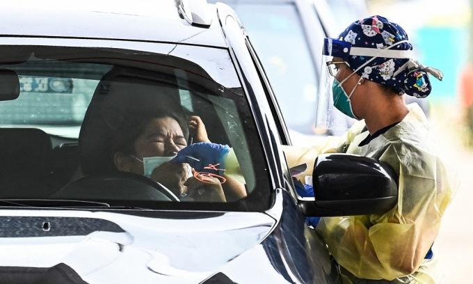 Nhân viên y tế lấy mẫu tại một điểm xét nghiệm nCoV ở Florida, Mỹ, hôm /8. Ảnh: AFP.