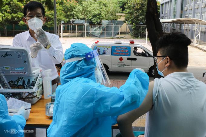 TP HCM tăng cường xe tiêm vaccine lưu động đến các khu cách ly, phong tỏa ở TP Thủ Đức ngày 1/8. Ảnh: Quỳnh Trần.