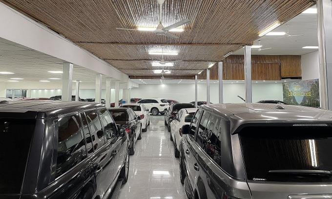 Lượng xe tồn trong một cửa hàng kinh doanh xe sang lướt. Ảnh: Đoàn Dũng