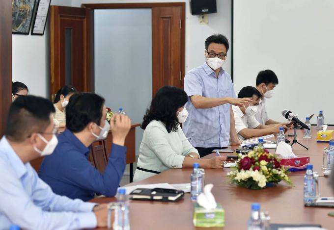 Phó Thủ tướng Vũ Đức Đam trao đổi với lãnh đạo Công ty Cổ phần Việt Nam Kỹ nghệ Súc sản (Vissan) tại buổi làm việc ngày 6/8. Ảnh: VGP.