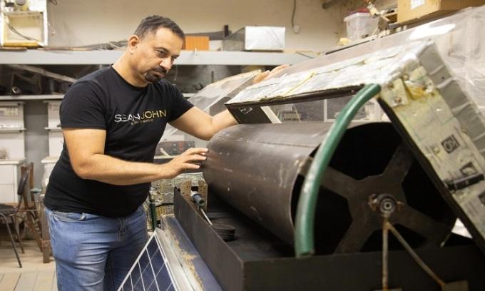 Kỹ sư Alharbawi Naseer Tawfiq Alwan lắp ráp nguyên mẫu máy chưng cất. Ảnh: UrFU/ Ilya Safarov.