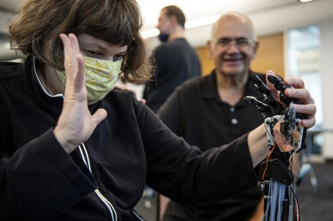 Robot dùng ngôn ngữ ký hiệu giao tiếp người điếc mù