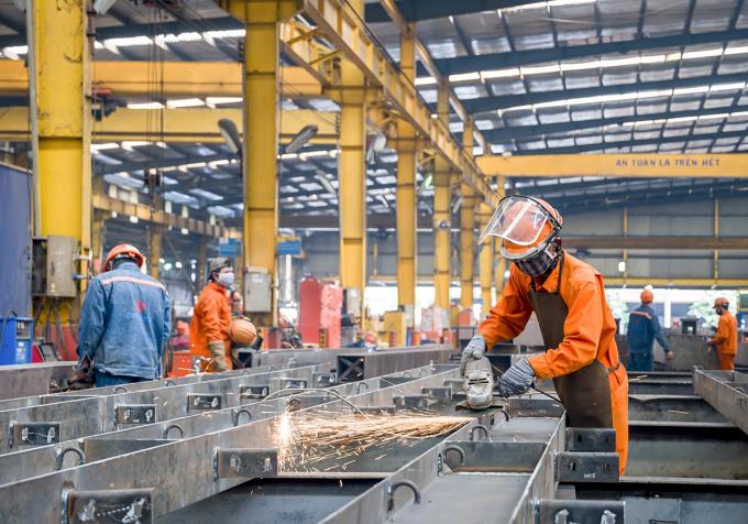 Công nhân Công ty cổ phần cơ khí Đại Dũng ở Khu công nghiệp An Hạ, huyện Bình Chánh sản xuất khi nhà máy thực hiện 3 tại chỗ. Ảnh: An Phương