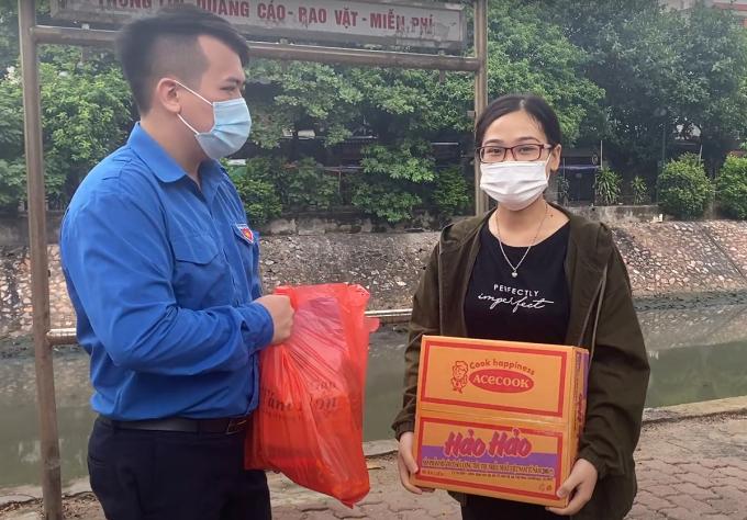 Trần Thị Tường Vy, sinh viên Đại học Mở Hà Nội nhận nhu yếu phẩm từ trường hôm 15/8. Ảnh: HOU.