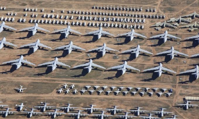 Hàng dài máy bay đủ kích thước đậu ở cơ sở 309th AMARG. Ảnh: Purplexsu/iStock.
