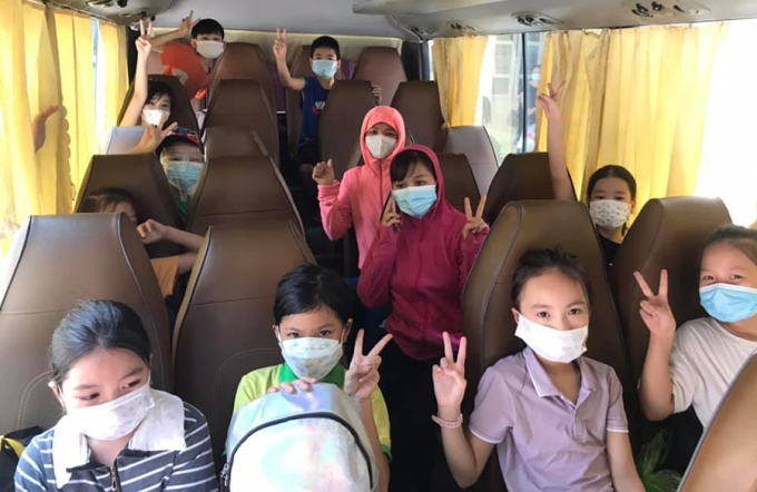Học sinh trên đường đến khu cách ly tập trung sáng 17/8. Ảnh: Facebook/Trường Tiểu học Võ Cường 2