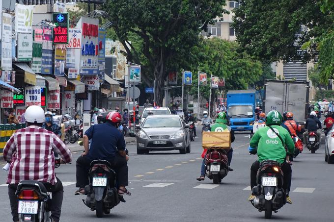 Xe chạy trên đường Phan Đăng Lưu, quận Bình Thạnh, chiều 17/8. Ảnh: Hà An