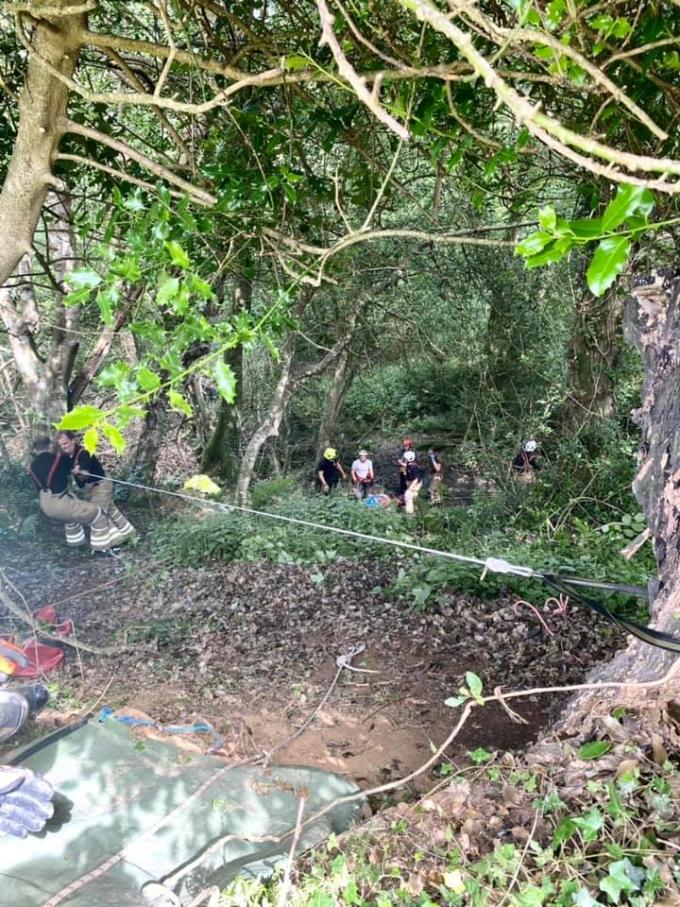 Lực lượng cứu hộ giải cứu người phụ nữ cao tuổi ở thị trấn Bodmin, hạt Cornwall, Anh, hôm 14/8. Ảnh: Facebook/Bodmin Police.