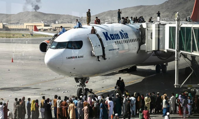 Người dân Afghanistan đổ đến sân bay tại thủ đô Kabul hôm 16/8. Ảnh: AFP.