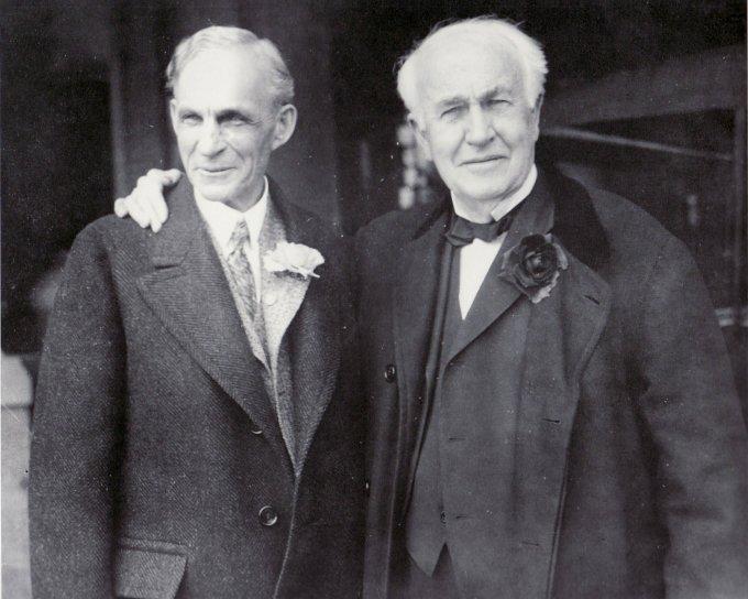 Henry Ford (trái) và người bạn thân Thomas Edison.