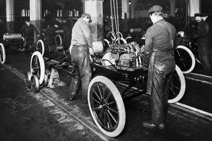Công nhân đang lắp ráp Ford Model T trên dây chuyền sản xuất.
