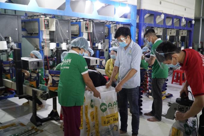Khu vực đóng gói của Chi nhánh Công ty CP Tập đoàn Tân Long tại Đồng Tháp, 164 công nhân đang làm việc theo mô hình 3 tại chỗ đã hơn 1,5 tháng. Ảnh: Ngọc Tài.