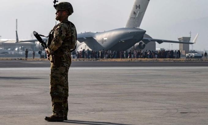 Mỹ trưng dụng máy bay dân sự sơ tán người Afghanistan
