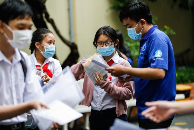 Học sinh lớp 9 dự thi tuyển sinh lớp 10 trường Phổ thông Năng khiếu (Đại học Quốc gia TP HCM) ngày 26/5. Ảnh: Hữu Khoa