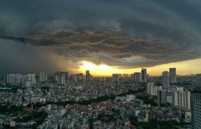 Mưa giông trên bầu trời nội thành Hà Nội. Ảnh: Ngọc Thành