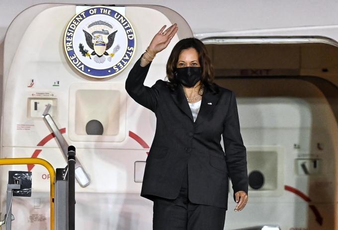 Phó tổng thống Mỹ Kamala Harris bước ra khỏi chuyên cơ Không lực Hai tại sân bay Nội Bài tối nay. Ảnh: Giang Huy.
