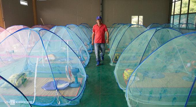 Khu vực cho công nhân ngủ tại một công ty may mặc ở miền Tây. Ảnh: Hoàng Nam.
