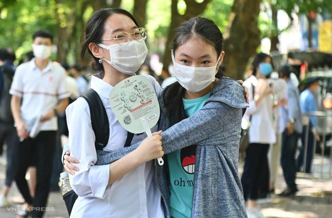 Thí sinh Hà Nội vui mừng khi hoàn thành kỳ thi tốt nghiệp THPT hôm 8/7. Ảnh: Giang Huy