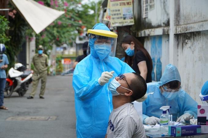 Người dân phường 17, quận Bình Thạnh lấy mẫu xét nghiệm sáng 25/8. Ảnh: Gia Minh