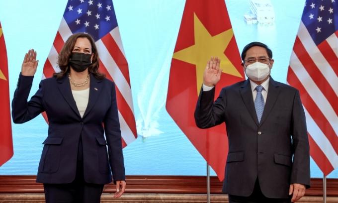 Thủ tướng Phạm Minh Chính (phải) tiếp Phó tổng thống Mỹ Kamala Harris tại Văn phòng Chính phủ, Hà Nội, hôm nay. Ảnh: Reuters.