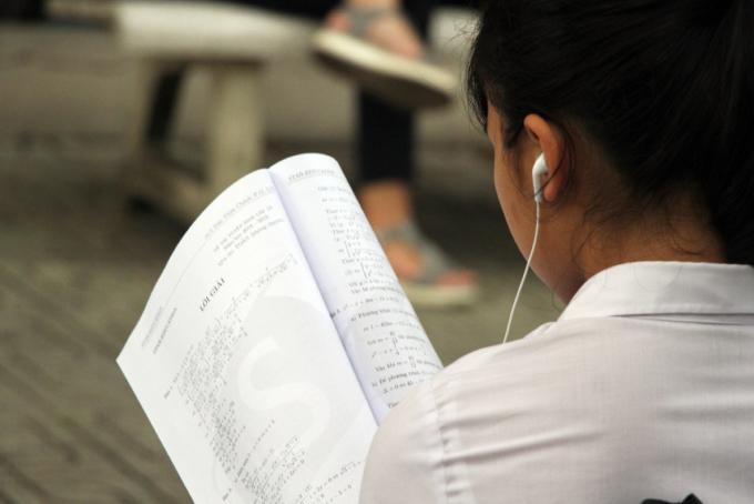 Một nữ sinh lớp 9 tại TP HCM ôn tập trước giờ thi tuyển sinh lớp 10 tháng 6/2019. Ảnh: Mạnh Tùng